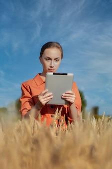 Agrônomo caucasiano verifica a área de cereais e envia dados