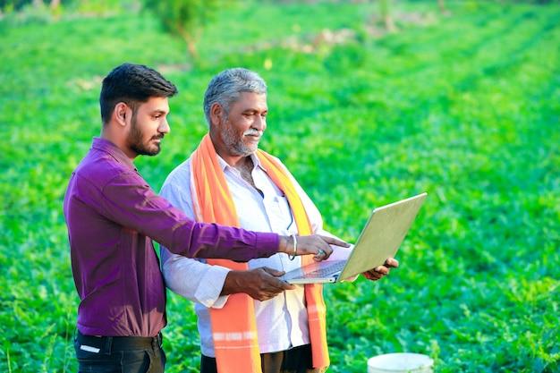 Agrônomo indiano com agricultor no campo