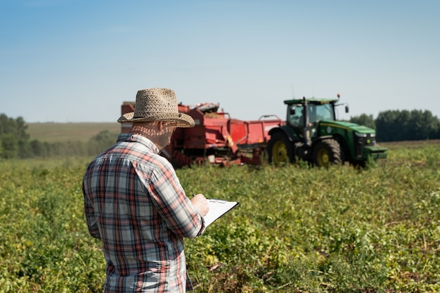 Agrônomo registra dados sobre a colheita. imagem agrícola.