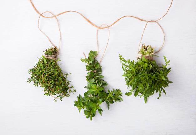 Agrupa uma variedade de ervas verdes frescas