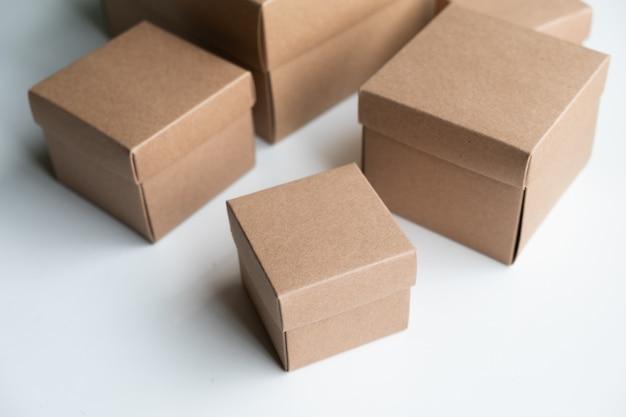 Agrupamento de caixas de papelão no fundo branco