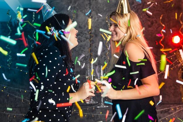 Agrupe amigos se divertindo na véspera de ano novo