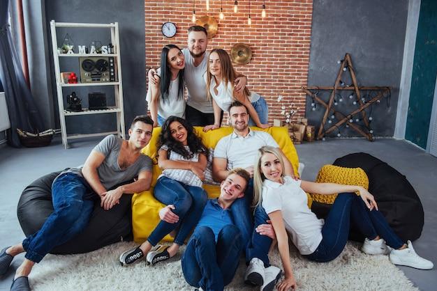Agrupe o retrato de meninos e meninas multiétnicas com roupas da moda coloridas, segurando o amigo posando em uma parede de tijolos, pessoas de estilo urbano se divertindo, s sobre estilo de vida de juventude união