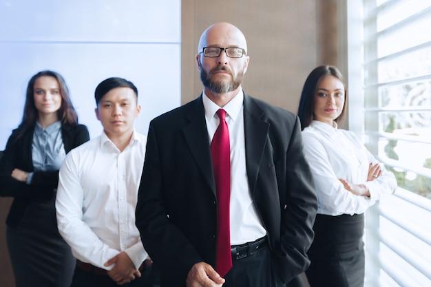 Agrupe o retrato de uma equipe profissional de negócios, olhando com confiança para a câmera