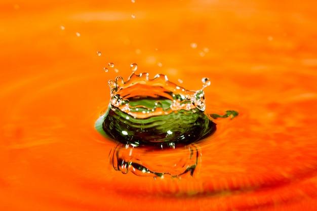 Água abstrata amarela laranja com esguicho