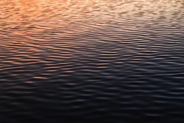 Água abstrata para onda de rio de fundo fechar o pôr do sol