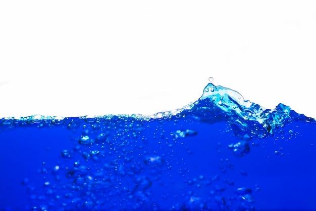 Água azul com bolhas