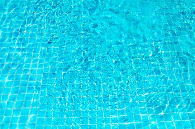 Água azul cristalina na piscina