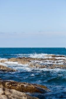 Água azul do mar, pedras e rochas na costa do mar adriático
