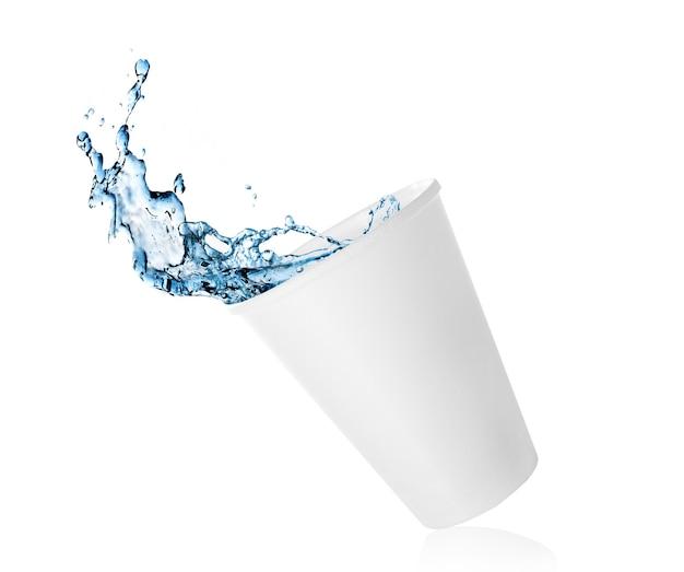 Água azul pura espirrando do copo de papel isolado no branco