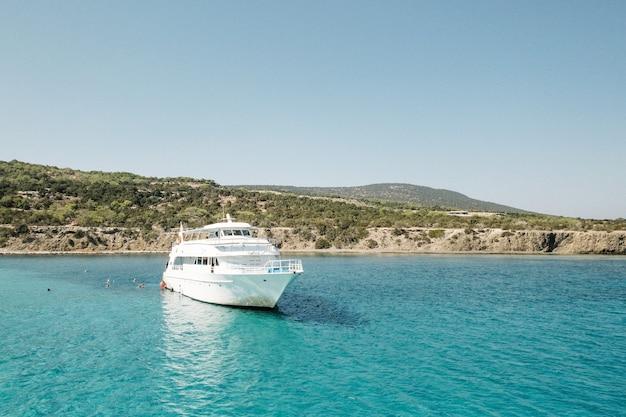Água azul turquesa do mar mediterrâneo, em cave greco, chipre. belo litoral natural perto de ayia napa, na ilha de chipre. vista panorâmica do lado do mar.