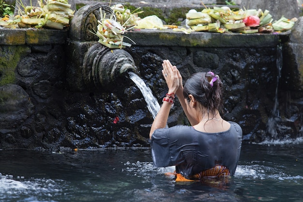 Água benta no templo bali