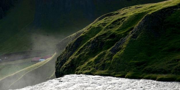 Água branca na beira da cachoeira, desfiladeiro
