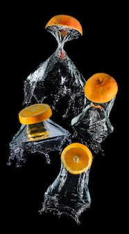 Água caindo fatia de frutas laranja.