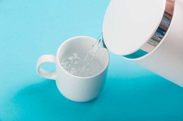 Água chaleira elétrica e copo