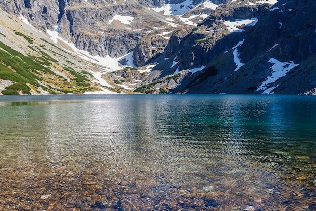 Água clara do lago de montanhas.