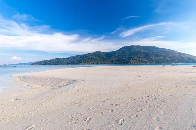 Água clara e céu azul na ilha paradisíaca no mar tropical da tailândia