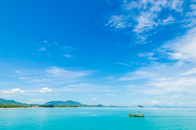 Água clara e céu azul. praia na província de krabi, tailândia.
