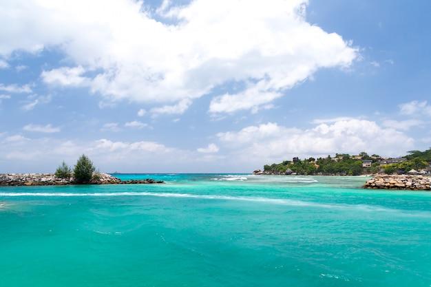 Água com algumas rochas e pequenas ilhas