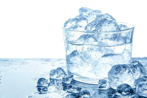 Água com cubos de gelo em vidro