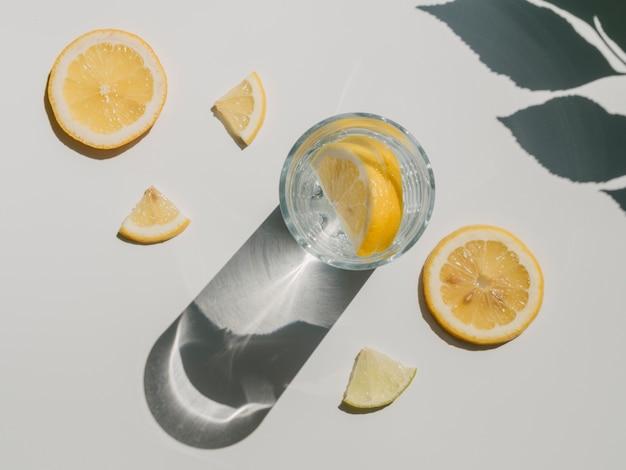 Água com fatias de limão vista superior