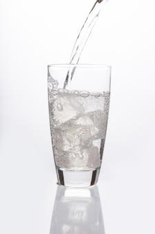Água com gás derramando em vidro