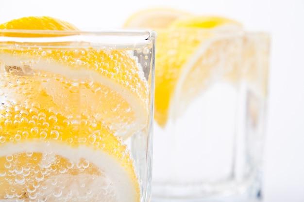Água com gás e rodelas de limão