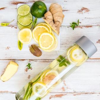 Água com infusão de desintoxicação com limão, limão, gengibre limonada