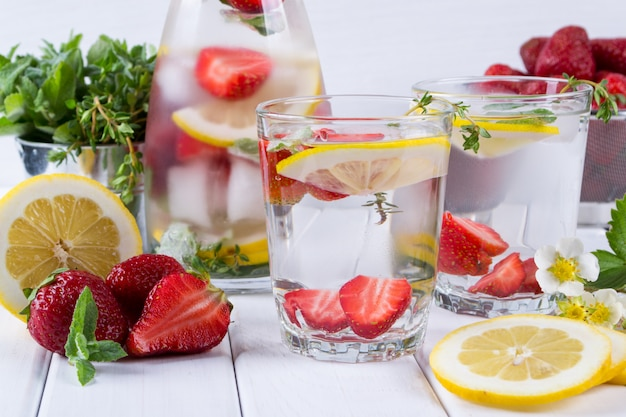 Água com infusão de frutas e ervas. água de desintoxicação de vitamina refrescante fria. bebida de verão