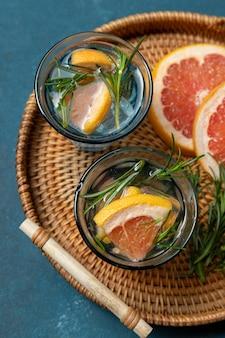 Água com infusão de grapefruit vista superior