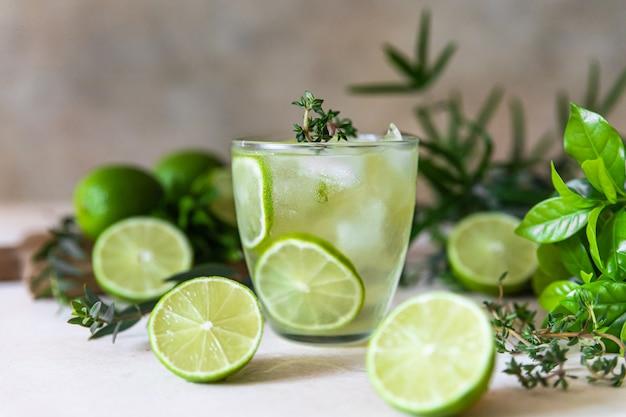 Água com infusão de lima e tomilho bebida saudável e conceito de desintoxicação bebida de verão