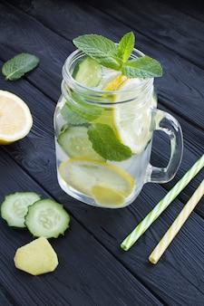 Água com infusão de limão, pepino e gengibre