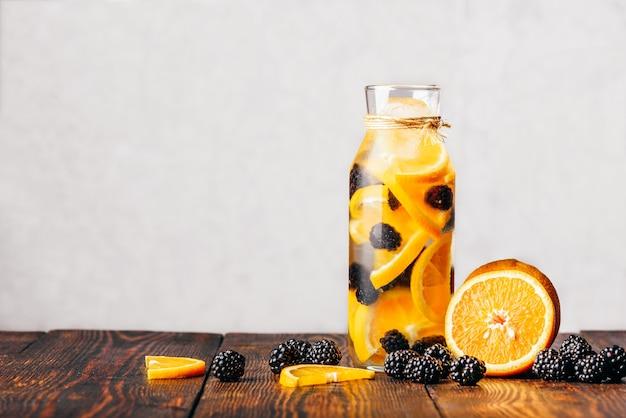 Água com laranja e amora.