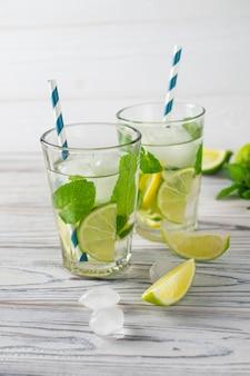 Água com limão, limão e gelo