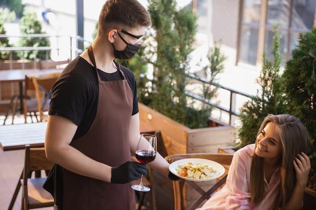 Água com máscara em restaurante, surto de coronavírus