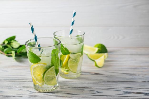 Água com pepino, limão e gelo