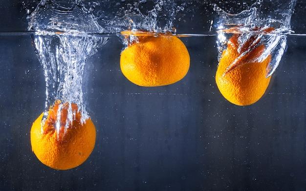 Água com três laranjas