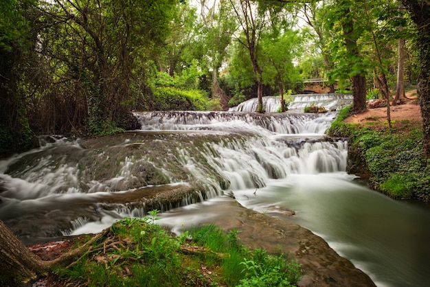 Água correndo sobre as pedras e musk verde no curso do rio piedra em aragão