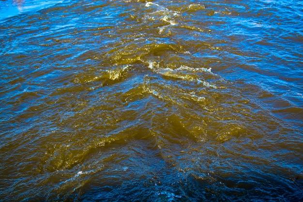 Água corrente rápida sob forte pressão