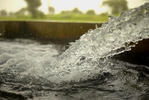 Água corrente tubewell em campos durante o verão