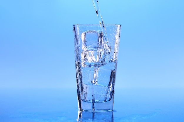 Água cristalina com gelo