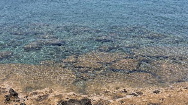 Água cristalina do oceano à luz do dia