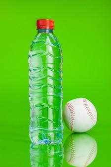 Água cristalina em uma garrafa