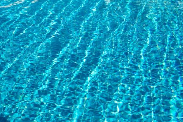 Água cristalina na piscina