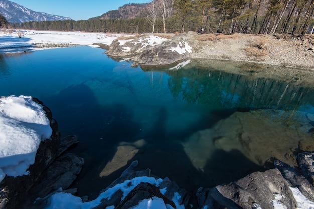 Água cristalina pura do lago azul