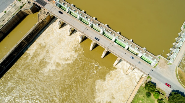 Água da inundação da mola do tiro aéreo que flui a represa da central eléctrica hidroeléctrica
