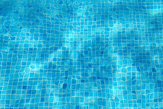Água da piscina turquesa com azulejos quadrados