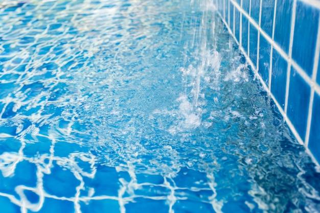 Água da piscina. verão.