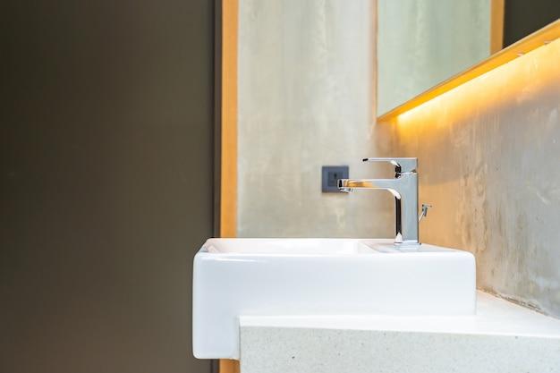 Água da torneira e interior de decoração de pia branca