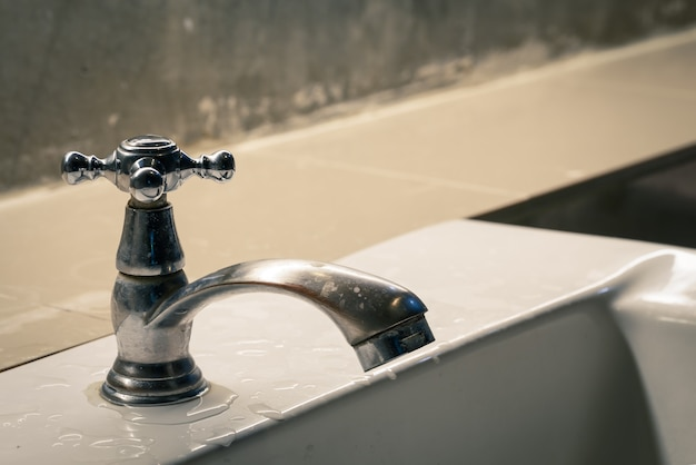 Água da torneira no banheiro
